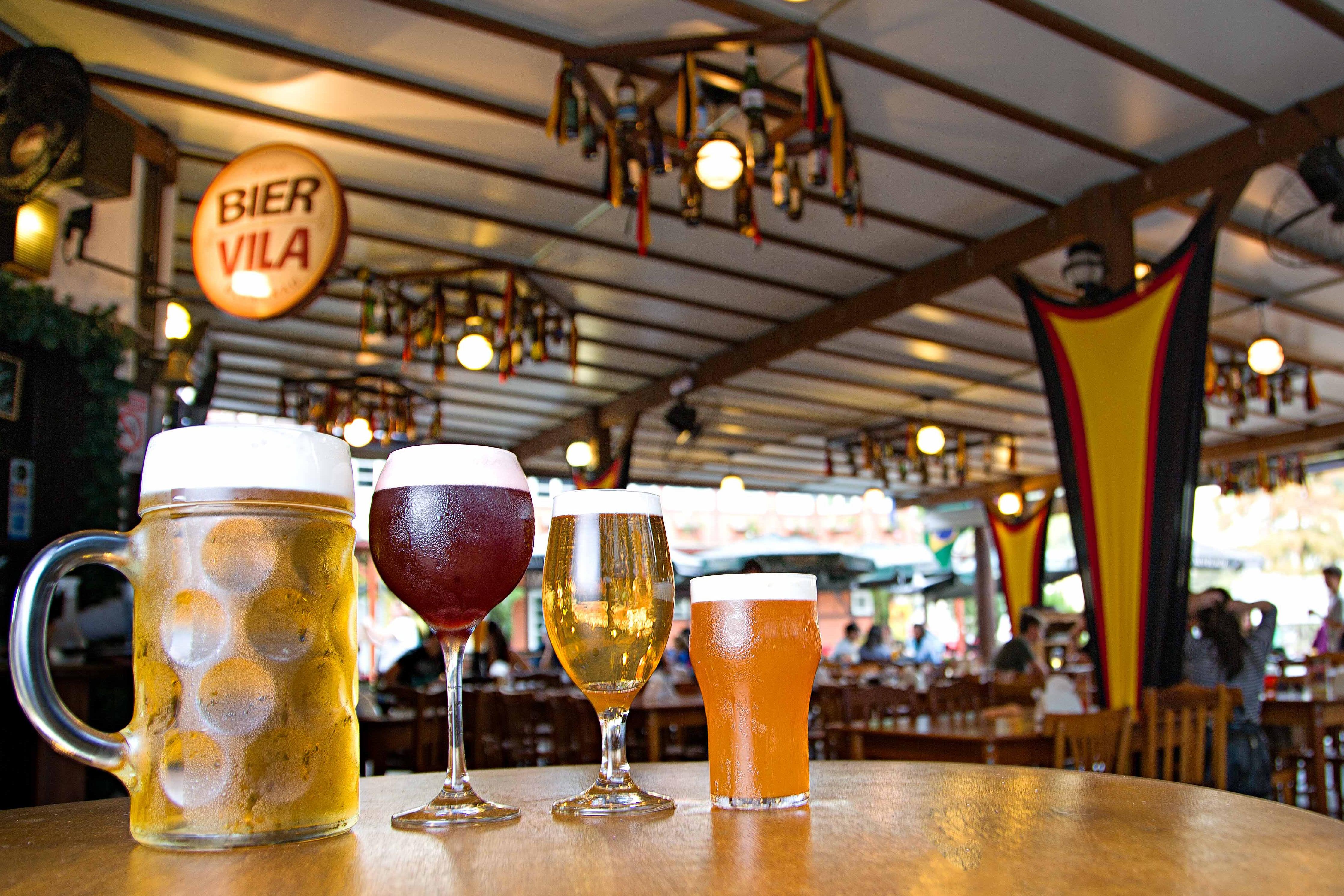 Bier Vila mantém mais de 30 rótulos de cervejas durante a Oktoberfest
