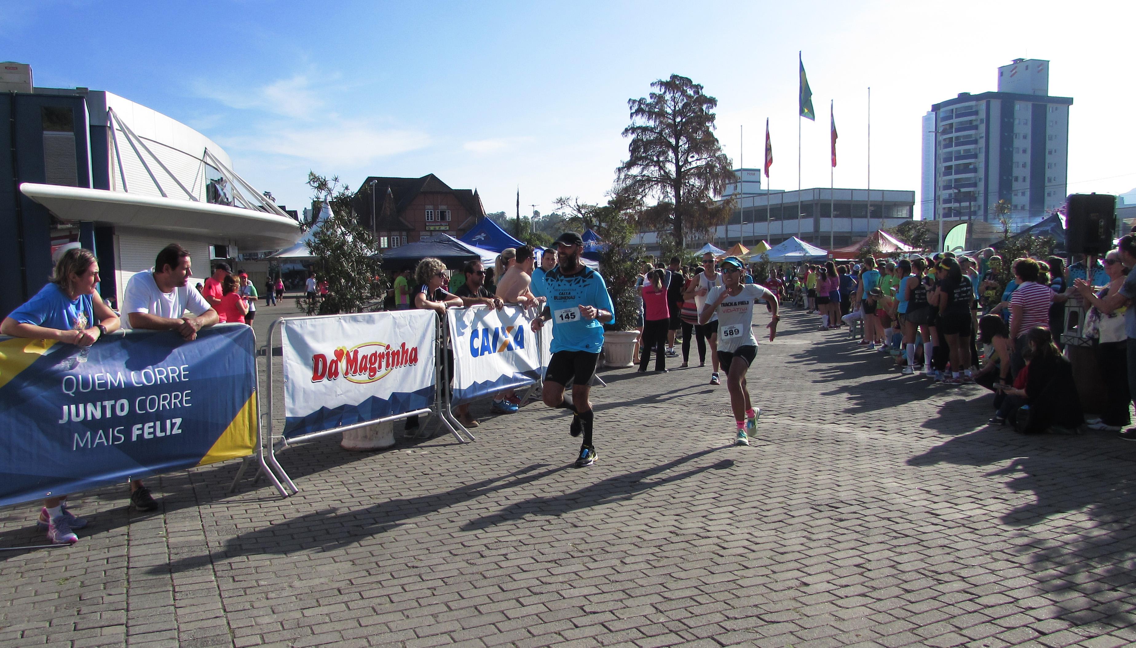 Corredores de mais de 10 estados brasileiros participam da Meia Maratona Caixa de Blumenau (SC)