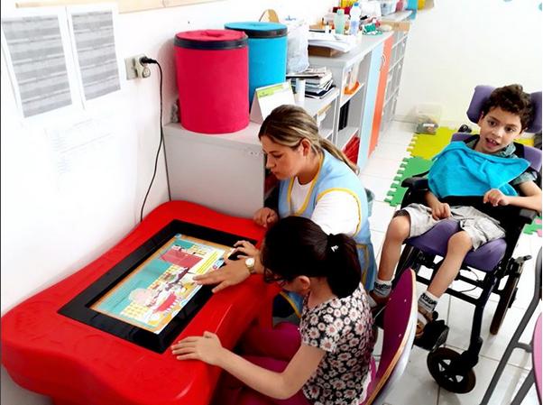 Alunos da Apae de Fraiburgo (SC) contam com games educativos para desenvolvimento motor e psíquico