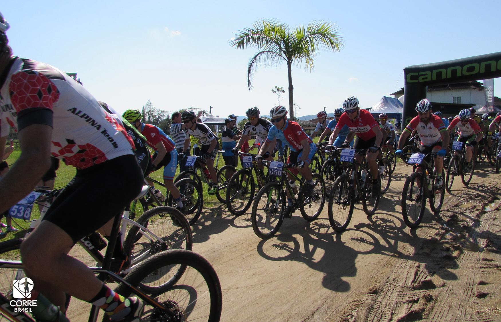 Evento de mountain bike reúne cerca de 400 participantes em Camboriú (SC)