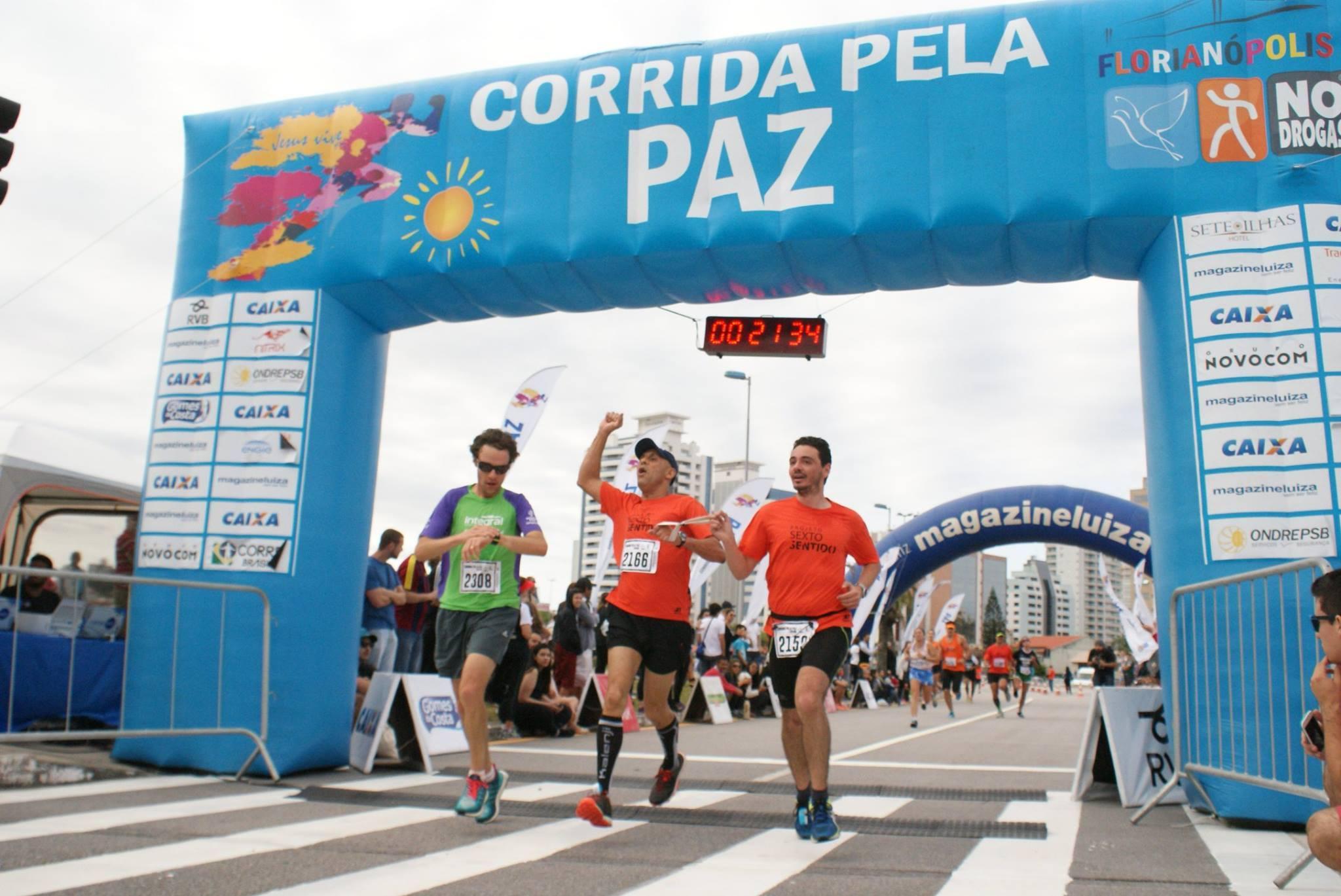 Inclusão no esporte: deficientes visuais, intelectuais e cadeirantes participam da Meia Maratona Internacional de Florianópolis (SC)
