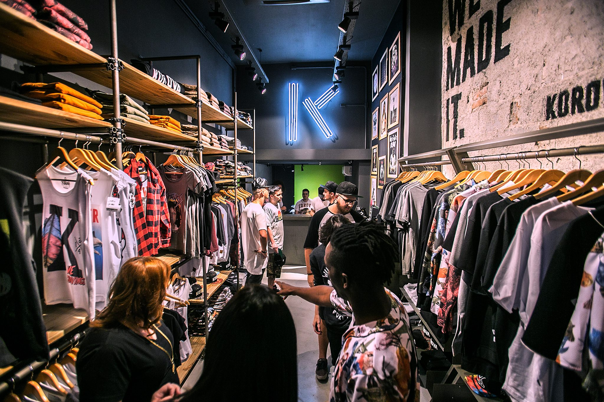Loja de moda urbanwear se destaca por estampas exclusivas feitas na hora