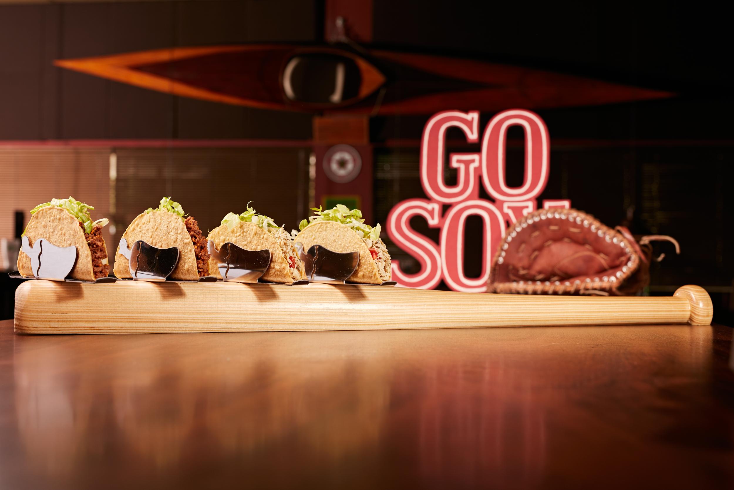 Tacos no taco e hackepeter na mesa: formas inusitadas de servir são apostas de restaurantes em Blumenau (SC)