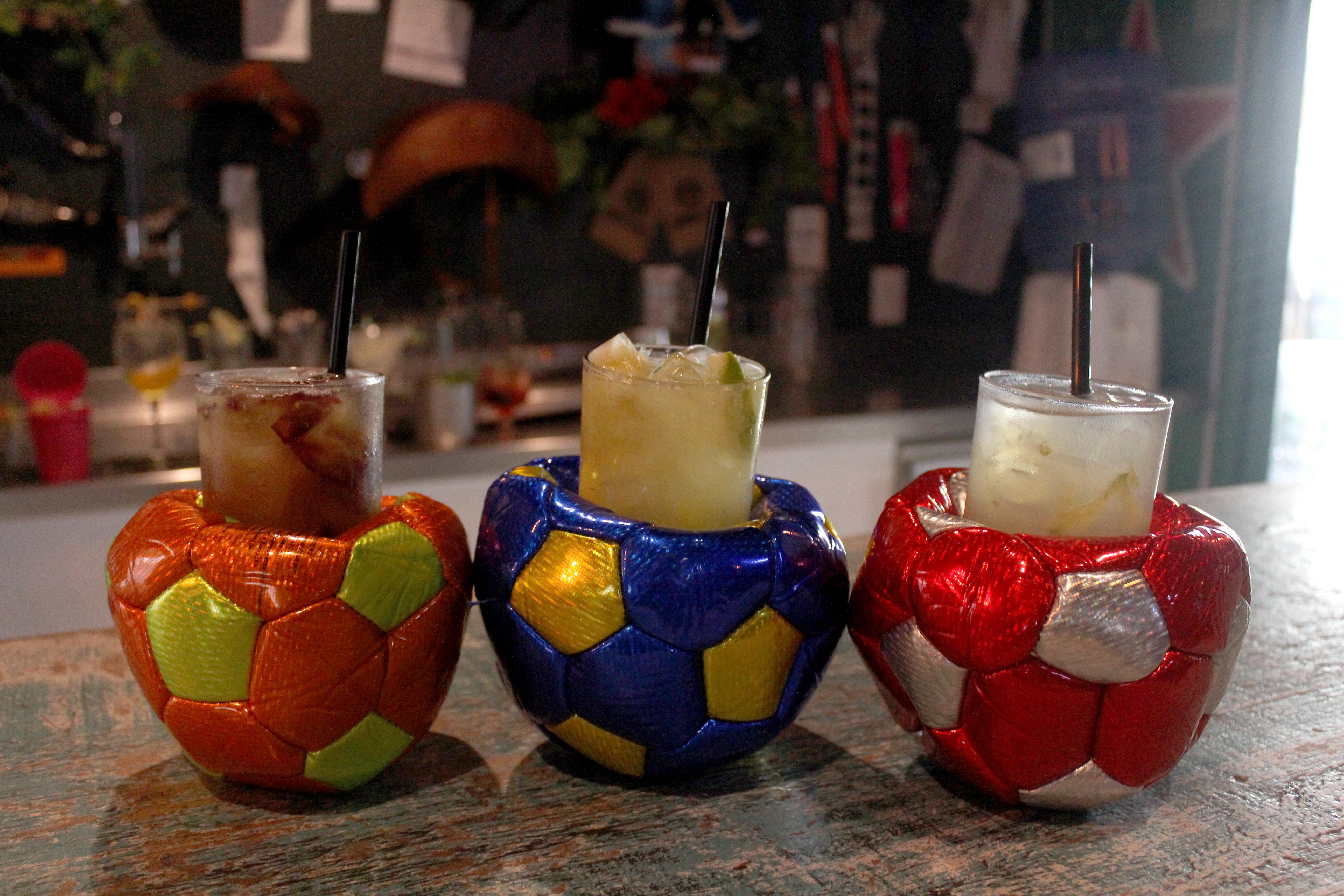 Drinks servidos em banheiras, latas de lixo e bolas de futebol começam a ser servidos em bar de Blumenau (SC)