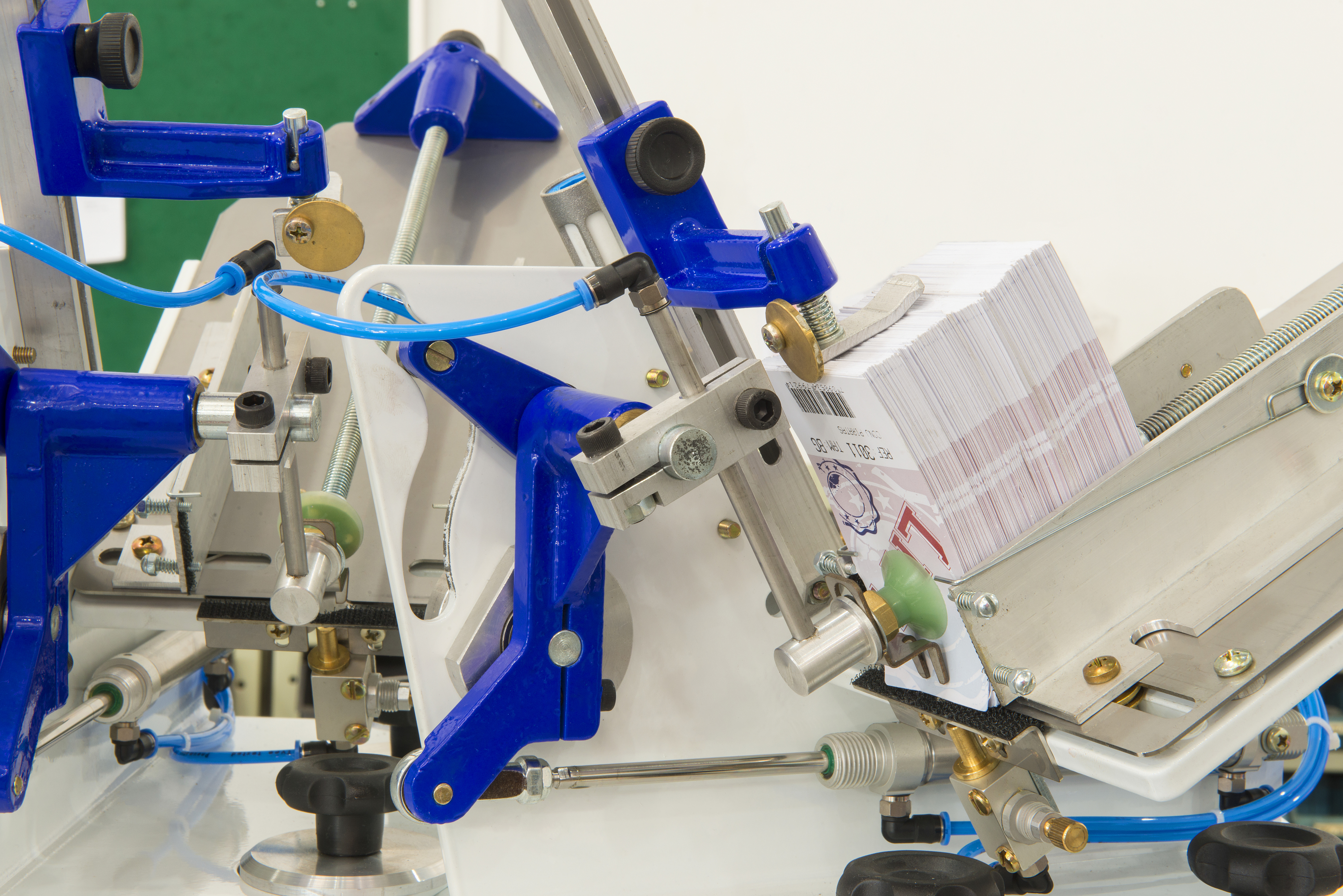 Máquina para aplicação de tags da Censi permite produção média de 1,4 mil itens por hora