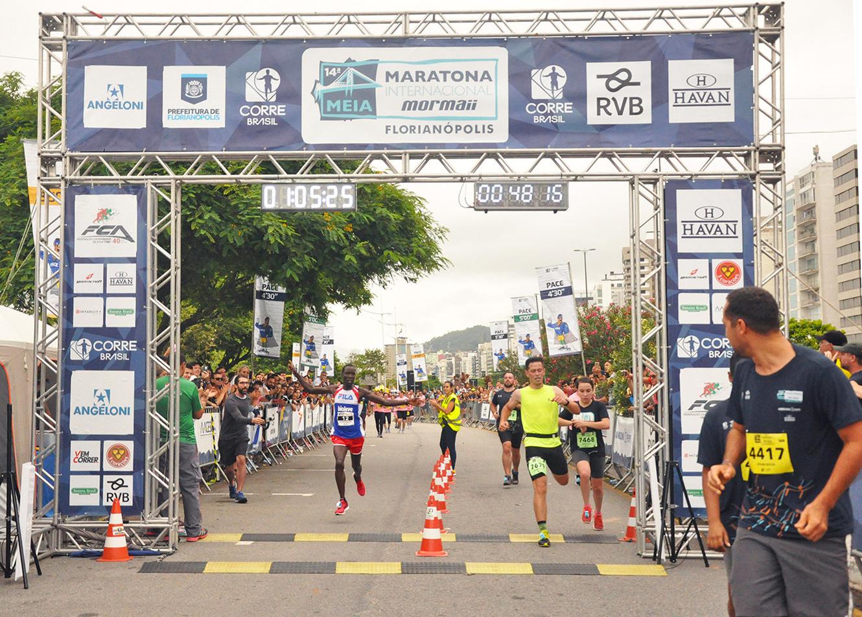 Meia Maratona Internacional Mormaii de Florianópolis (SC) registrou maior número de corredores da história neste domingo (25)